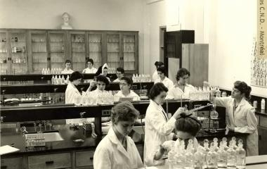 Students in the chemistry lab at collège Marguerite-Bourgeoys