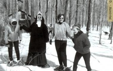 Students from École normale Notre-Dame-de-Québec snowshoeing at the sugar shack